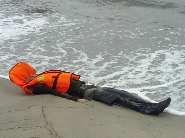 Corpo de migrante é encontrado nesta terça-feira (5) na cidade de Ayvalik (Crédito: Reuters)