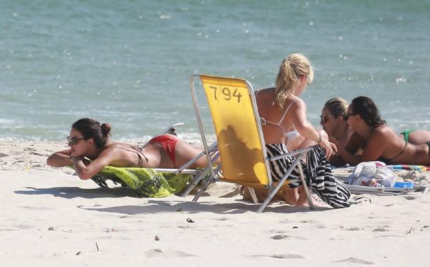 Isis Valverde curte praia  (Crédito: Agnews)