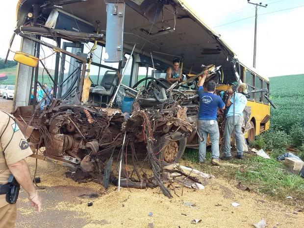 Um dos ônibus envolvido no acidente ficou totalmente destruído  (Crédito: Reprodução)