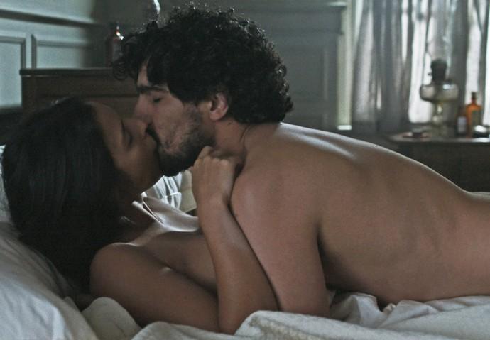 Júlia e Vicente estão em momento íntimo (Crédito: Divulgação)