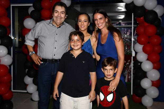 Lara Silva e Família  (Crédito: Divulgação )
