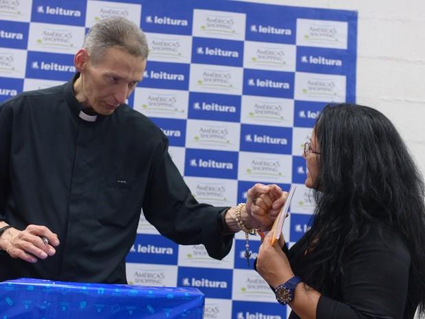 Padre Marcelo Rossi realiza tarde de autógrafos (Crédito: Reprodução)