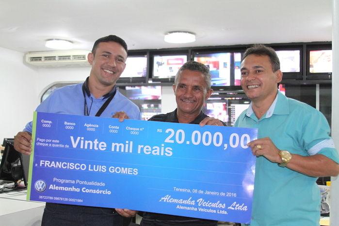 O vendedor Laércio Feitosa e o gerente de vendas da Alemanha Veículos, Alencar entregam o prêmio de R$ 20 mil para o lavrador Francisco Luis (Crédito: José Alves Filho)