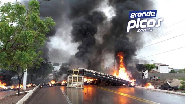 Moradores protestam pelas chuvas excessivas em Picos (Crédito: Reprodução)