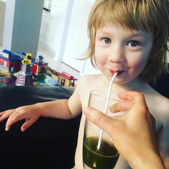 Suco verde é um dos alimentos do garoto (Crédito: Reprodução)