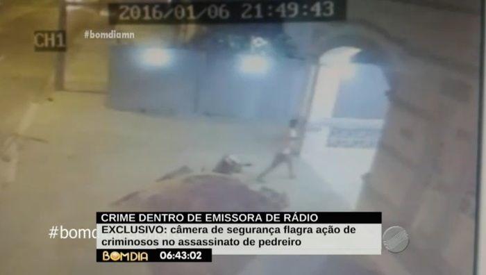 Primeiro criminoso entra no local do crime (Crédito: Reprodução/TV Meio Norte)