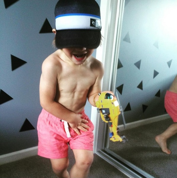 Menino mostra corpo musculoso aos 3 anos (Crédito: Reprodução)