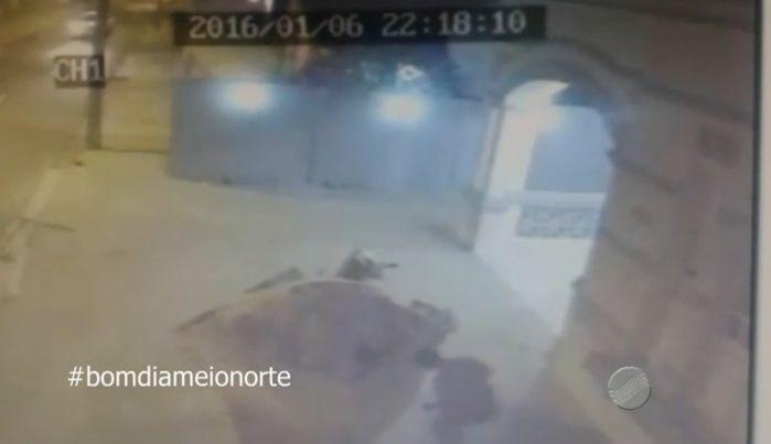 Acusado sai e se esconde atrás de construção (Crédito: Reprodução/TV Meio Norte)