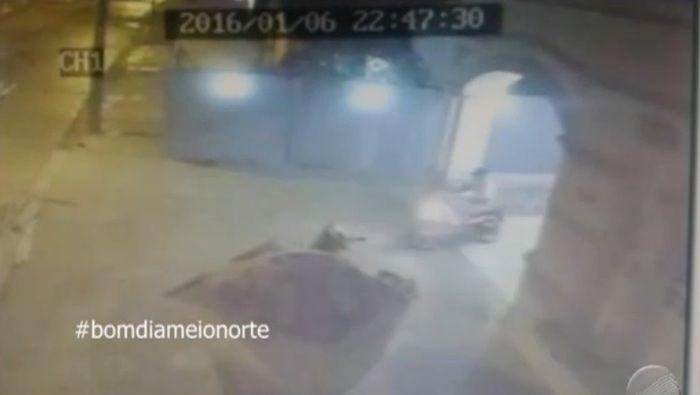 Segundo assassino sai com moto da vítima (Crédito: Reprodução/TV Meio Norte)