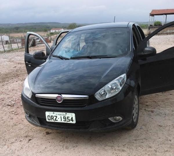 Carro Citroen placa ONZ-1954 da cidade Maracanaú-CE, abandonado pelos criminosos