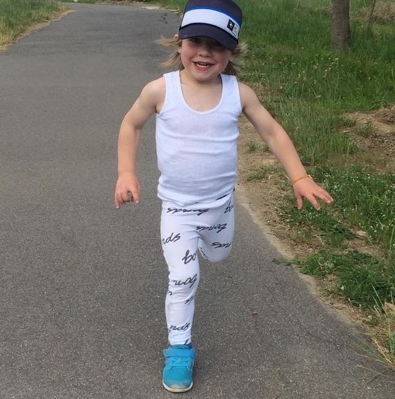 Menino corre todos os dias pela manhã (Crédito: Reprodução)