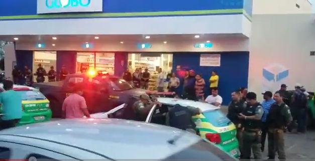 Dupla armada se passa por cliente e rouba farmácia na zona Leste