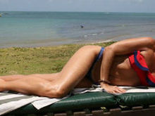 Adriane Galisteu exibe corpão ao se bronzear em praia de resort