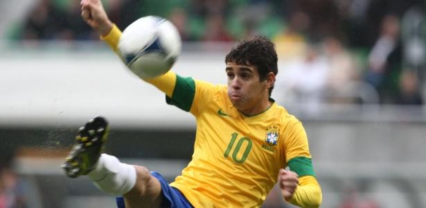 Oscar com a camisa 10 da seleção em amistoso contra o Japão, em 2012 (Crédito: Reprodução)