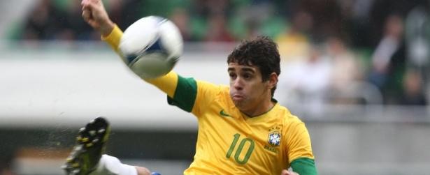 Na reserva, Oscar herda camisa 10 de Neymar na seleção