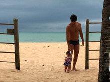 Deborah Secco posta foto de seu marido com filha e faz declaração