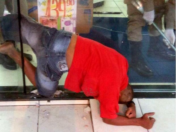 Ladrão ficou entalado em fresta em porta de loja de eletrodomésticos