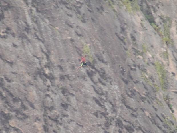 Traficante é baleado e despenca de pedra durante troca de tiros  (Crédito: Reprodução)