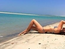 Camila Queiroz posa de biquíni em cenário paradisíaco