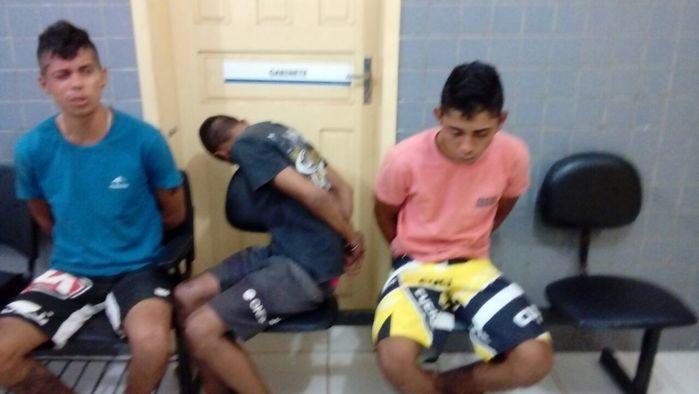 Dois jovens presos e menor apreendido