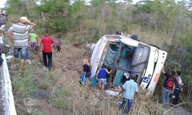 Ônibus de turismo tombou e deixou 40 feridos