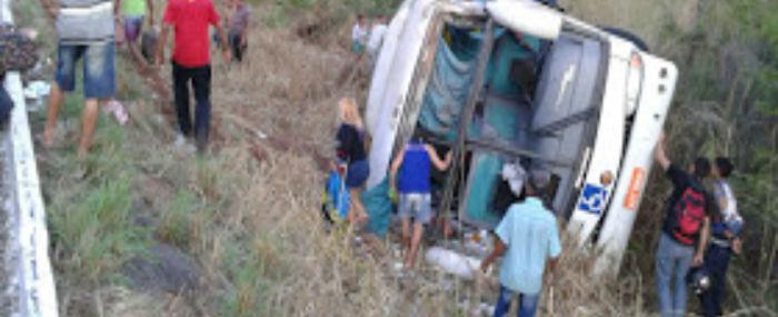 Acidente com ônibus de turismo deixa 40 feridos no Maranhão