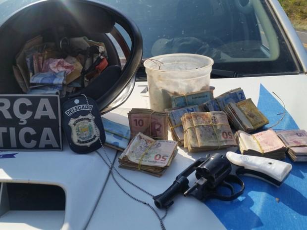 Dinheiro apreendido com os dois acusados (Crédito: Divulgação/ Polícia Militar)
