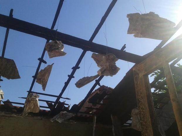 Residência ficou parcialmente destruída