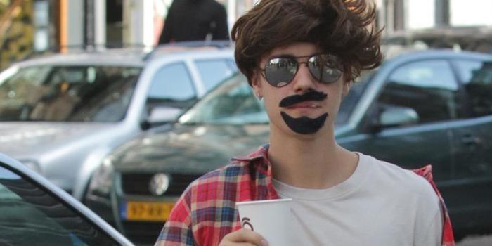 Justin Bieber usa disfarce bizarro em Amsterdã