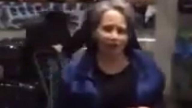 Mulher que acertou chinelada em Eduardo Cunha mora no aeroporto