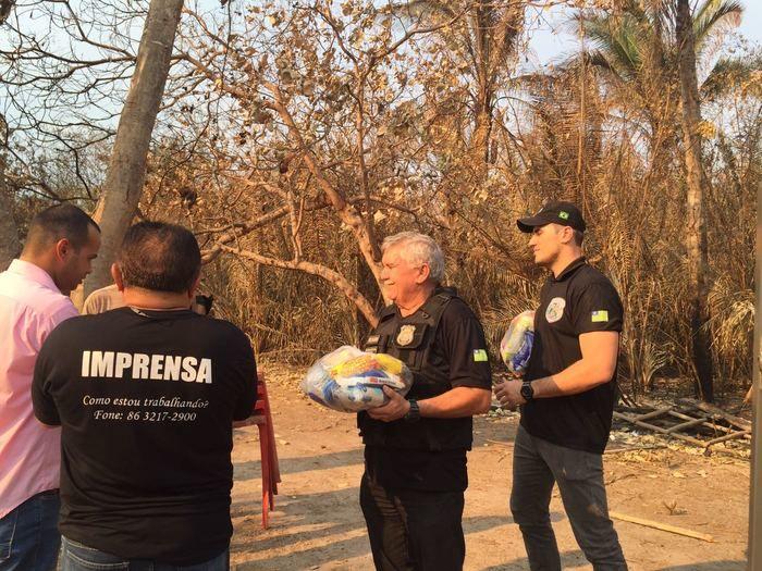 Policiais entregam cestas básicas para famílias vítimas de incêndio