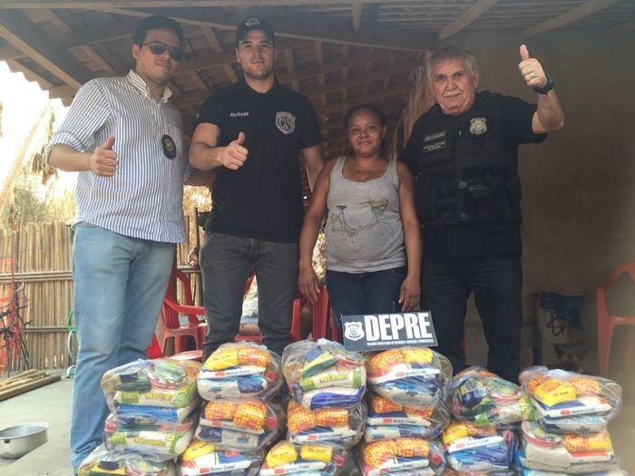 Policiiais entregam cestas básicas para famílias vítimas de incêndio