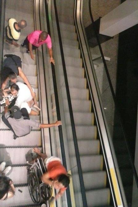 Cadeirante cai de escada rolante (Crédito: Reprodução)