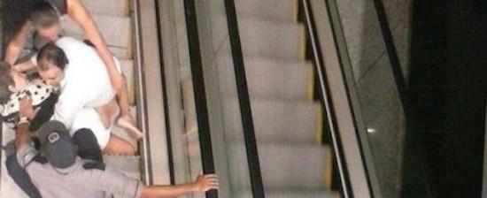Cadeirante cai em escada rolante de shopping e causa indignação