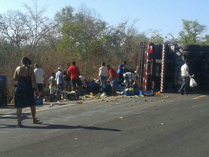 Carga foi saqueada por moradores da região