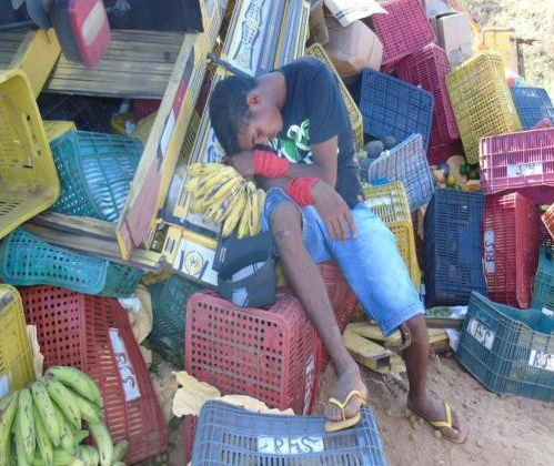 Caminhão carregado de frutas e verduras tombou no Anel Viário