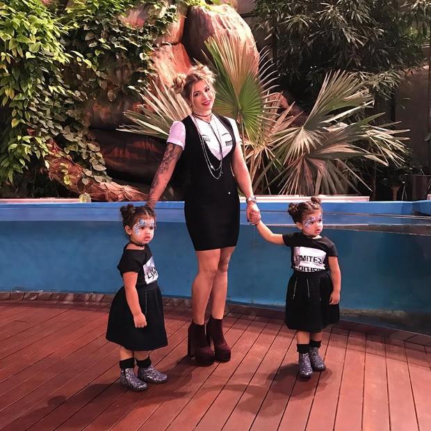 Dani Souza e as filhas (Crédito: Reprodução)