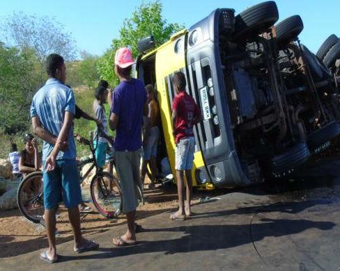 Caminhão tombou e frutas e verduras ficaram espalhadas na rodovia