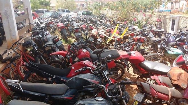 Pátio lotado de motos apreendidas