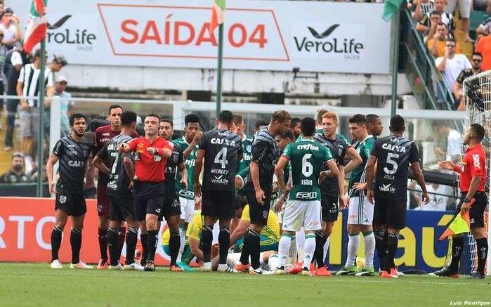 Figueirense 1 x 2 Palmeiras teve lances polêmicos na última rodada do Campeonato Brasileiro (Crédito: Figueirense )