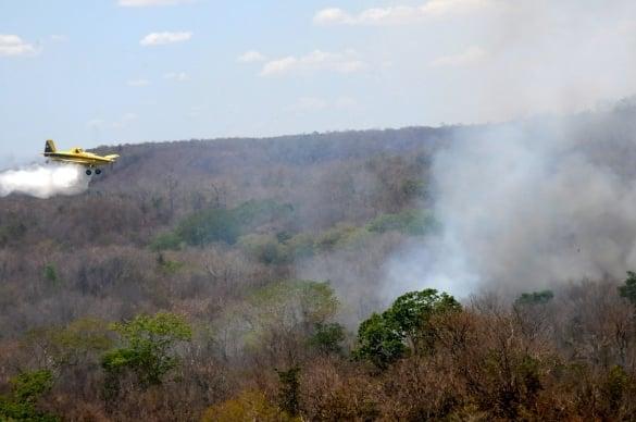 Aeronaves ajudam a controlar incêndio em Teresina