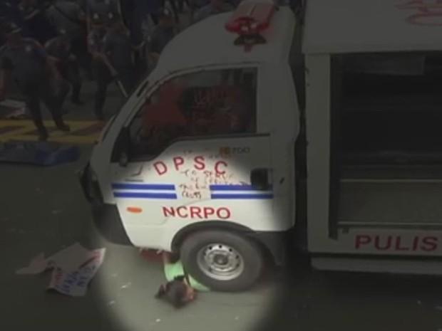 Carro da polícia atropela manifestantes em protesto em Manila (Crédito: Reuters)