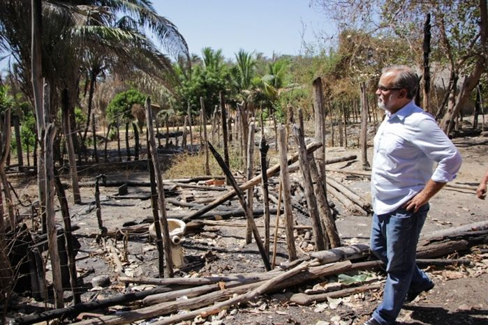 Firmino Filho visita famílias atingidas pelas queimadas (Crédito: Rômulo Piauilino)