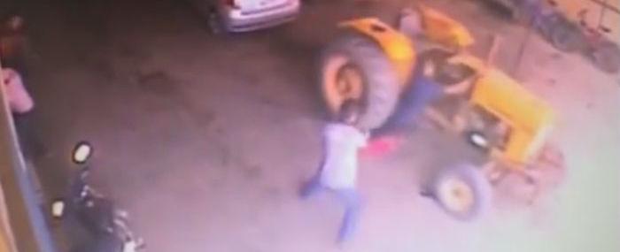 """Vídeo: Idoso sobrevive ao ser atropelado por um trator: """"Milagre"""""""