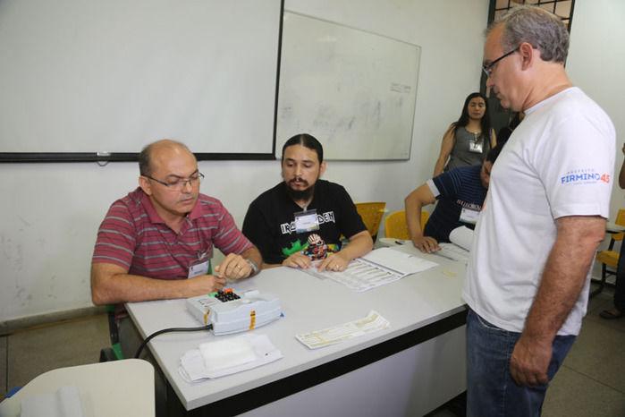 Firmino Filho Chega para votar na seção (Crédito: Efrém Ribeiro)