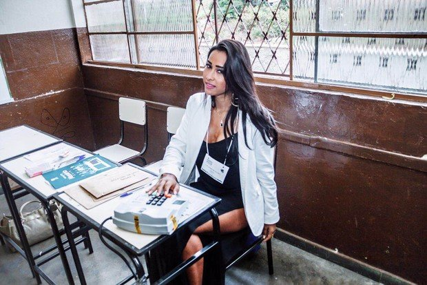 Lais Cruz, a Miss Buumbum Sergipe, trabalha como mesária nas eleições municipais  (Crédito: Reprodução)