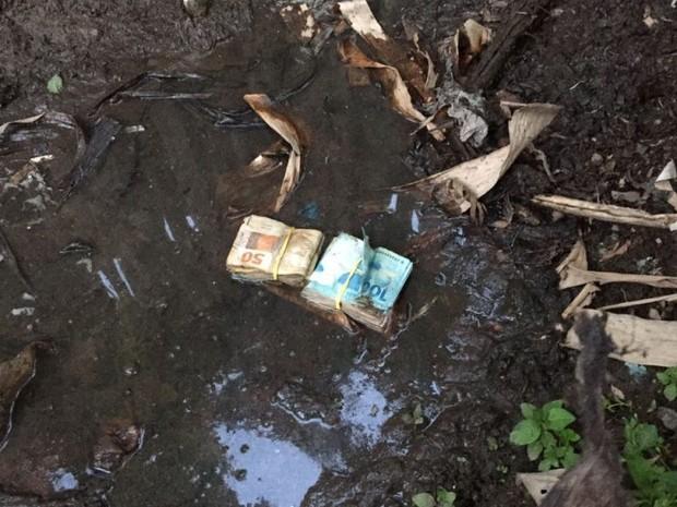 Dinheiro foi encontrado em lama da casa de candidato (Crédito: Divulgação/ MPE)