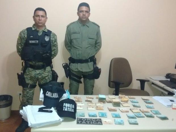 Policiais apreenderam R$ 57 mil com os acusados (Crédito: Reprodução)