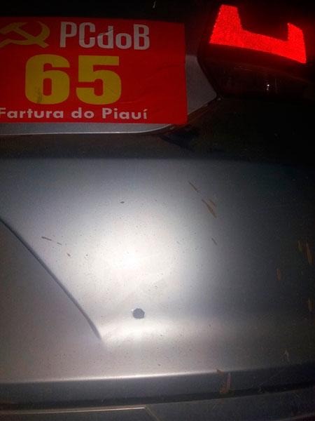 Carro da equipe de prefeito foi atingido com disparos (Crédito: saoraimundo.com )