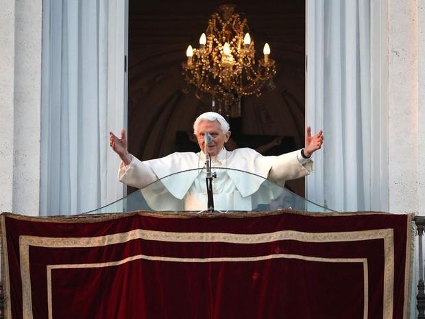 Bento XVI saúda o público no Castel Gandolfo e dá a bênção horas antes de deixar de ser Papa (Crédito: Reuters)
